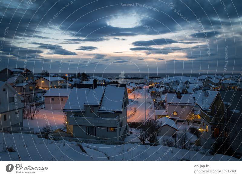 Abendstimmung in Reine auf den Lofoten Norwegen Skandinavien Meer Nordmeer Polarmeer Horizont Fischerdorf Dorf Stadt Licht & Schatten blaue Stunde Abendhimmel