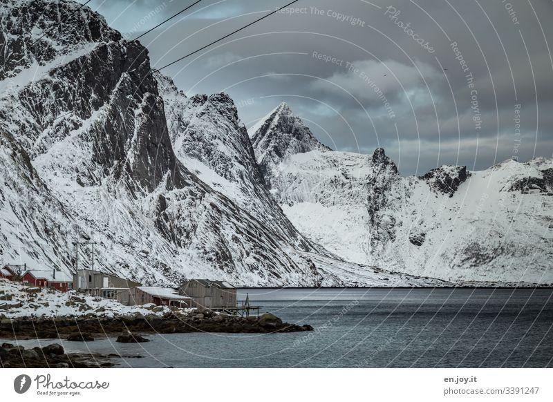 Fischerhütten am Fjord vor verschneiten Bergen Ferien & Urlaub & Reisen Ausflug Winter Schnee Winterurlaub Umwelt Landschaft Himmel Wolken Eis Frost