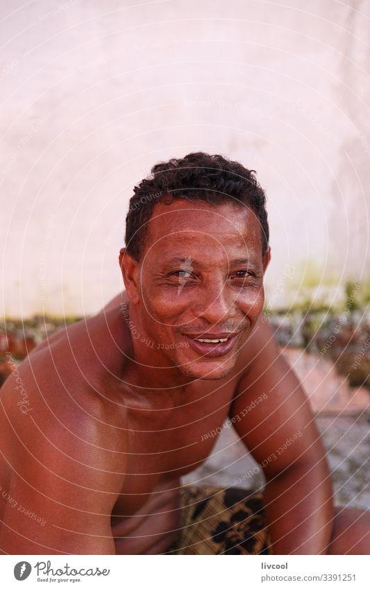 mann raucht auf der strasse , trinidad - kuba Zigarre Erwachsener Rauch Rauchen Lächeln nackt Truhe aussruhen heimatlich Kubaner Mann Erwachsensein niedlich