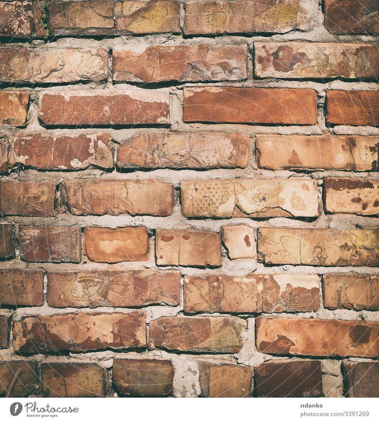 rote Backsteinmauer mit Zement, Architekturfragment Maurerhandwerk alt braun rechteckig Baustein Hintergrund Konstruktion Material Klotz Stein Wand Gebäude