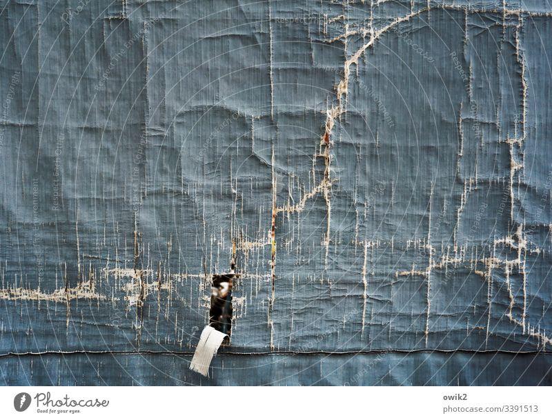 Notausgang Plane alt schadhaft Risse Spuren Zahn der Zeit Menschenleer Detailaufnahme Farbfoto Strukturen & Formen Außenaufnahme verfallen Zerstörung Verfall