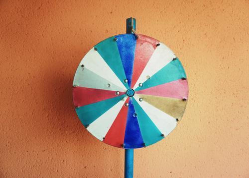 Glücksrad Symbol rund Segmente Farbe drehen stehen Wand Fassade Putz