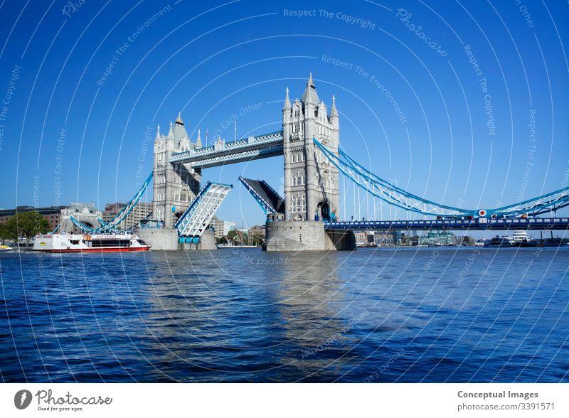 Tower Bridge mit der erhöhten Zugbrücke, London, England. Architektur Anziehungskraft Brücke britannien Briten britische Kultur Kapital Hauptstädte Großstadt