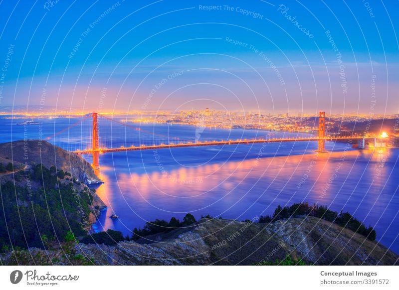 Erhöhte Ansicht der Golden Gate Bridge in der Abenddämmerung, San Francisco, Kalifornien, USA. amerika Amerikaner Architektur Bucht Großstadt Stadtbild