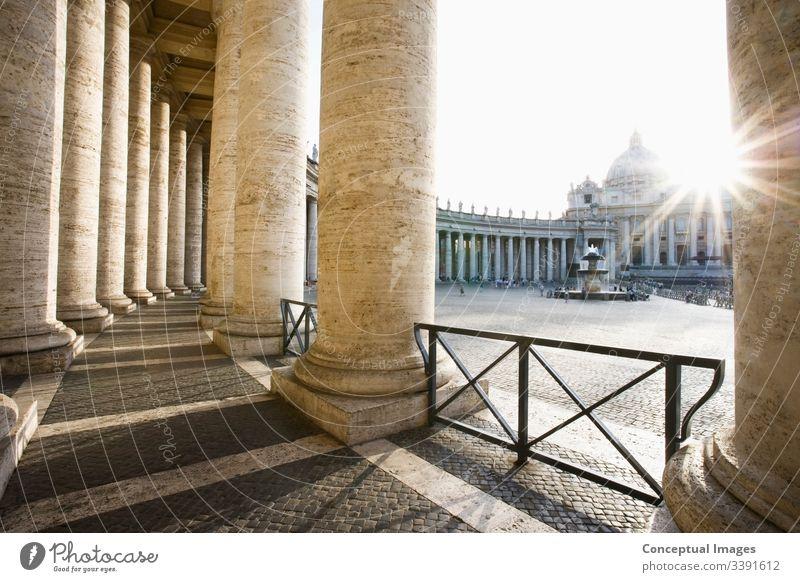 Petersdom aus Berninis Kolonnade Vatikan, Rom, Italien. Petersbasilika Katholizismus Quadrat Heilige Großstadt Kirche Kathedrale katholisch Pietro Religion