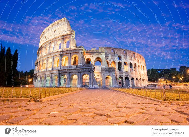 Das Kolosseum in der Dämmerung beleuchtet Amphitheater antik Archäologie Architektur Arena Stadtbild Kultur Ausflugsziel Kaiserreich Europa Europäer berühmt