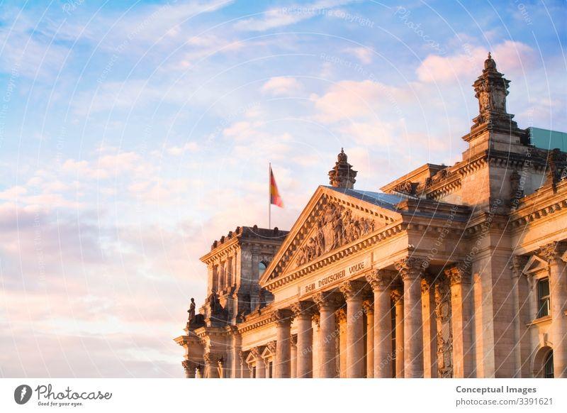 Ein Blick auf den Riechstag im späten Abendlicht. Berlin, Deutschland. architektonisch Architektur Anziehungskraft Gebäude bundestag Kapital Großstadt Stadtbild