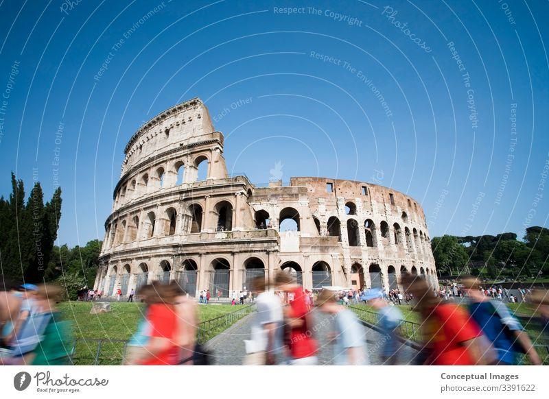 Touristen, die tagsüber am Kolosseum vorbeigehen. Rom. Italien. Amphitheater antik Archäologie Architektur Arena Stadtbild Kultur Ausflugsziel Kaiserreich