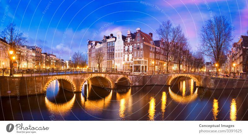 Keizersgracht-Kanal in der Abenddämmerung Amsterdam Architektur Brücke Hauptstadt Großstadt holländisch Europa berühmt beleuchtet keizersgracht kanal