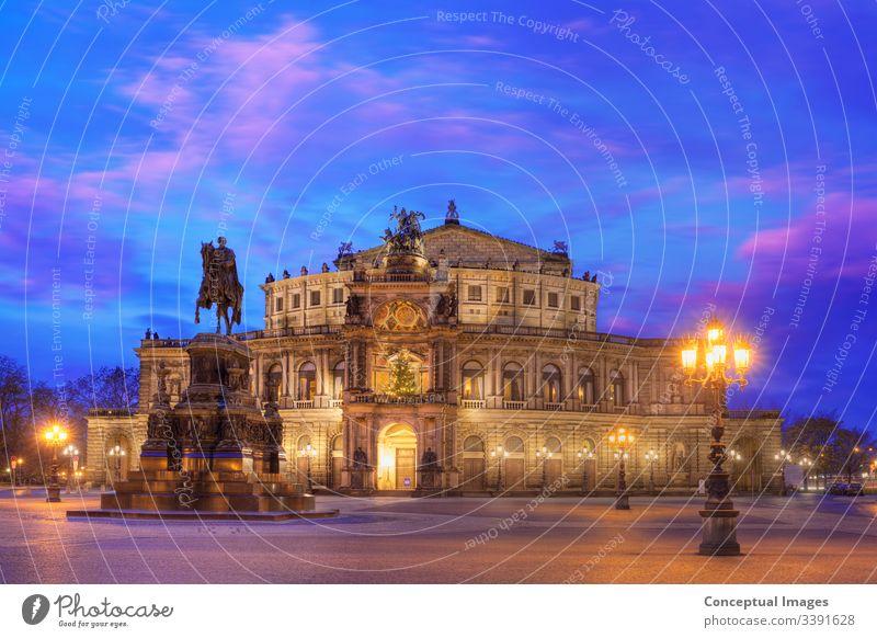 Semperoper in der Abenddämmerung. Dresden, Deutschland. Architektur Anziehungskraft Barock schön Brücke Gebäude Kathedrale Kirche Großstadt Stadtbild Kulturerbe