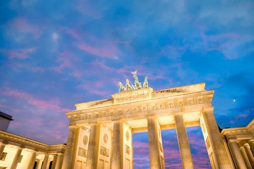 Brandenburger Tor in der Abenddämmerung Berlin, Deutschland. architektonisch Architektur Anziehungskraft Gebäude bundestag Kapital Großstadt Stadtbild Kongress