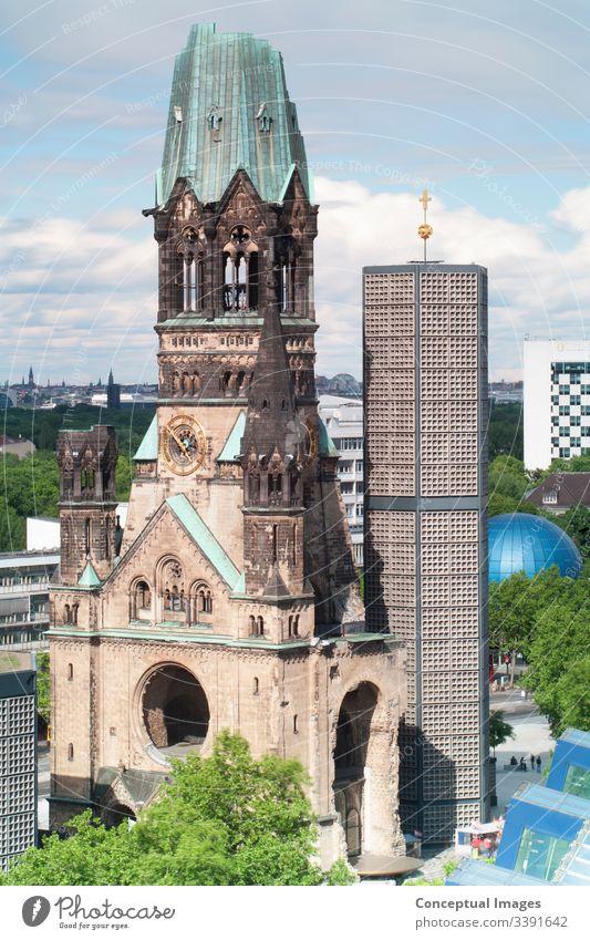 Erhöhte Ansicht Kaiser-Wilhelm-Gedächtniskirche, Deutschland. Architektur Berlin Gebäudeaußenseite Hauptstädte Christentum Kirche Gegensätze deutsche Kultur