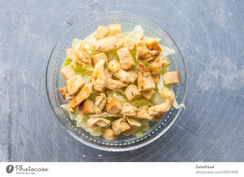 Caesar-Salat mit Toast, Salat und gegrillter Hühnerbrust Brot cesar Hähnchen Crouton Croutons Abendessen gebraten grün Mittagessen Teller Salatbeilage