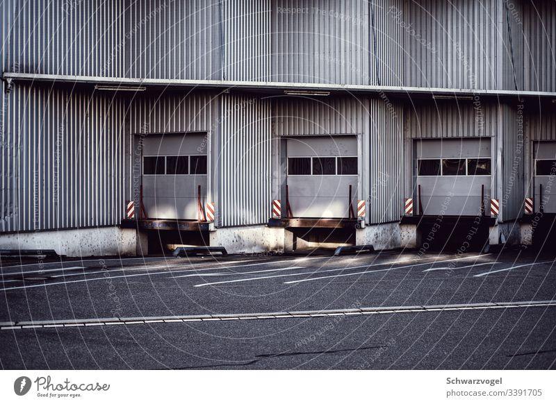 Laderampe für Lastwagen Tor Fassade einladen Güterverkehr & Logistik Außenaufnahme Handel Menschenleer Gebäude Fabrik Lagerhalle Industriebetrieb Farbfoto Tag