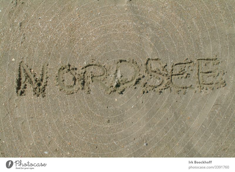 Das Wort Nordsee in den Sand geschrieben Nordseeküste Nordseestrand Strand menschenller Küste Außenaufnahme Erholung Ferien & Urlaub & Reisen Meer Natur Insel