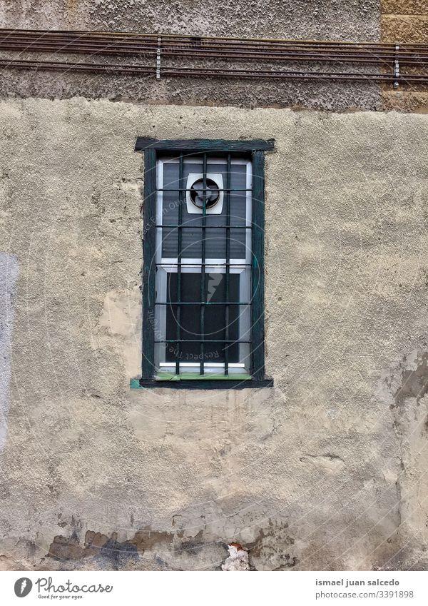 altes Fenster an der Wand des Hauses in der Stadt Bilbao Spanien Fassade Gebäude Außenseite Balkon heimwärts Straße Großstadt im Freien Farbe farbenfroh