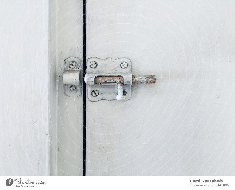 Schloss an der weißen Tür alt Schmutz dreckig hölzern Verlassen schließen offen minimalistisch sehr wenige Hintergrund Oberfläche Schrauben
