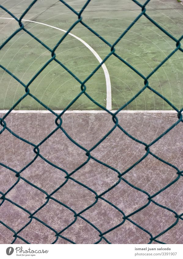 Metallzaun auf dem Fußballfeld auf der Straße in der Stadt Bilbao Spanien Feld Gericht rot Tor Netz Seil Sport Sportgerät spielen Spielen Verlassen alt Park