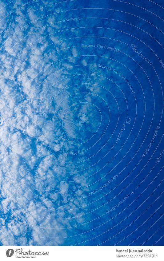 blauer Himmel mit weißen Wolken sehr wenige Natur abstrakt texturiert Ansicht Horizont Hintergrund Wetter Außenseite Tag