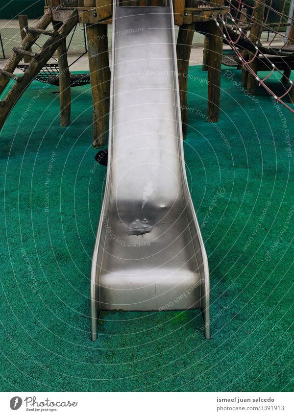 Metallrutsche auf dem Spielplatz auf der Straße in der Stadt Bilbao Spanien Sliden pendeln spielen Spielen Spielzeit spielerisch Spaß Park öffentlicher Park