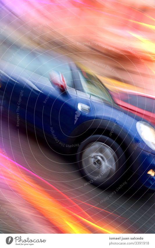 Auto auf der Straße, Geschwindigkeitsbegrenzung, Verkehrsmittel PKW Fahrzeug Transport Bewegung Unschärfe verschwommen defokussiert farbenfroh mehrfarbig Bilbao