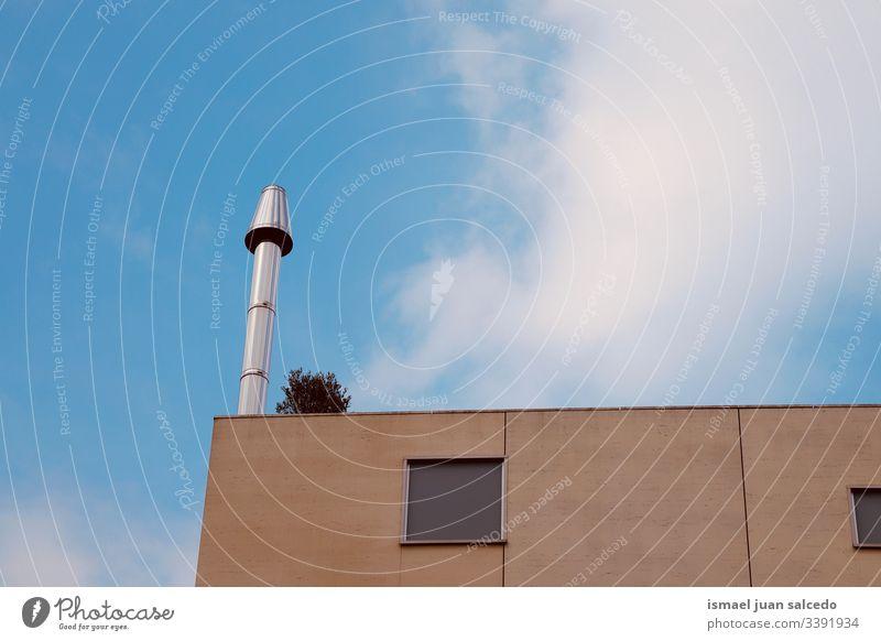 Schornstein auf dem Dach des Hauses Dachterrasse Gebäude Architektur Struktur Konstruktion heimwärts Industrie Röhren Umwelt Verschmutzung Himmel Straße urban