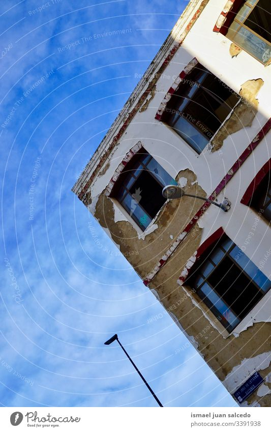 Fenster auf dem alten Haus, Architektur in der Stadt Bilbao Spanien weiß Fassade Gebäude Außenseite Balkon heimwärts Straße Großstadt im Freien Farbe farbenfroh