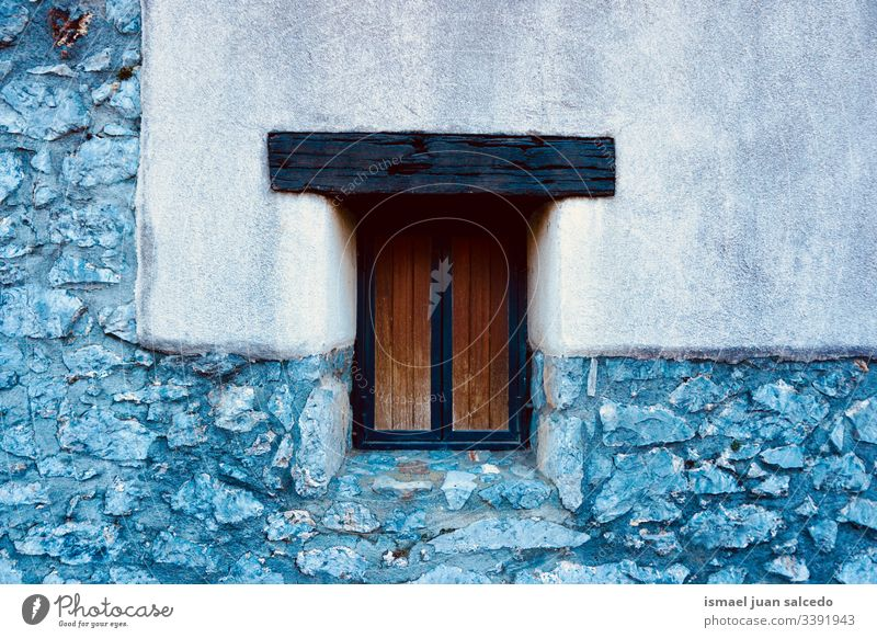 Holzfenster an der Wand des Hauses Fenster weiß Fassade Gebäude Außenseite Balkon heimwärts Straße Großstadt im Freien Farbe farbenfroh Struktur Architektur