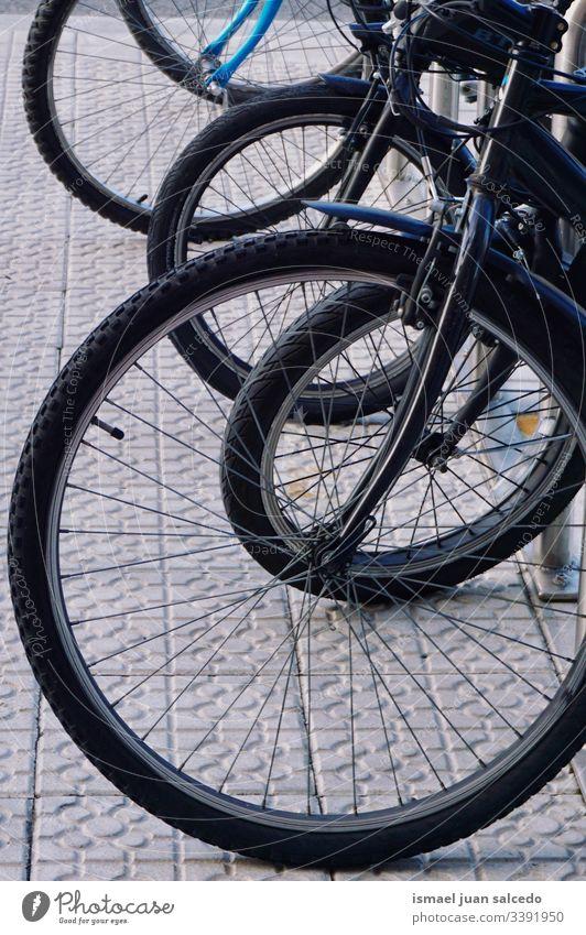 Räder des Fahrrads auf der Straße, Verkehrsmittel in der Stadt Bilbao Spanien Transport Fahrradfahren Zyklus Rad Objekt Sport Hobby Metall metallisch im Freien