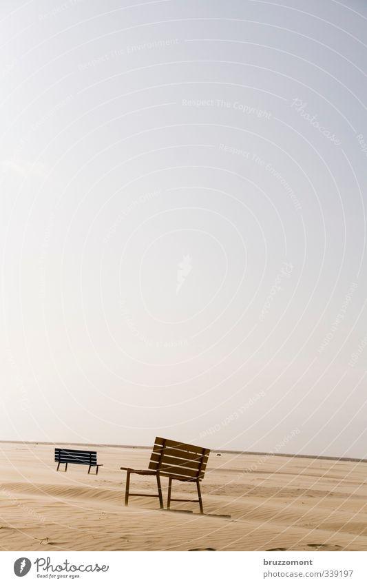 Sandbank Strand Sand Horizont sitzen warten Klima Unendlichkeit Bank Gelassenheit Wolkenloser Himmel Strandspaziergang gehen Spaziergang Himmel entzweit