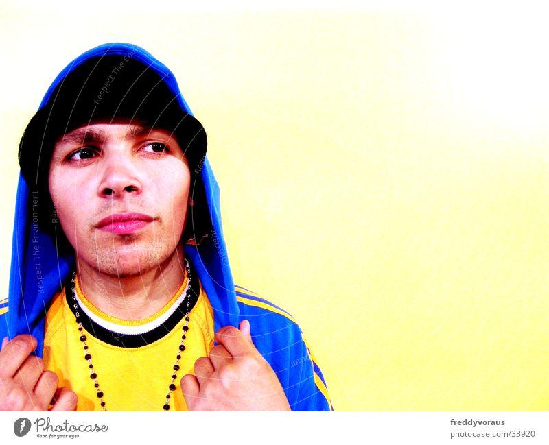 irie*2 Mann Gesicht Bekleidung Hut Kette Kapuze Rapper