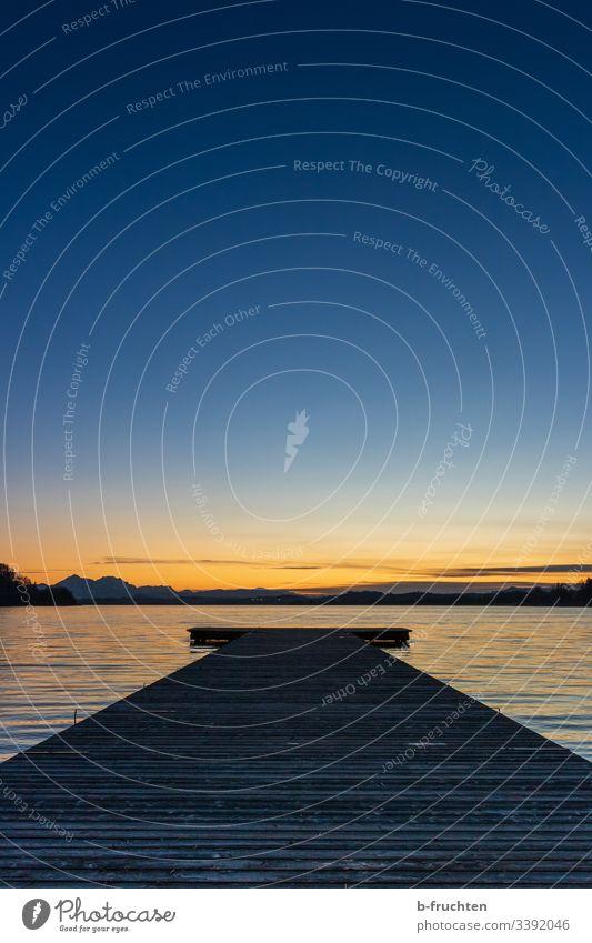 Abendlicht am See Sonnenuntergang Steg Holzsteg Wasser Himmel Dämmerung ruhig Seeufer Menschenleer Landschaft Gebirge Schönes Wetter Berge u. Gebirge Natur