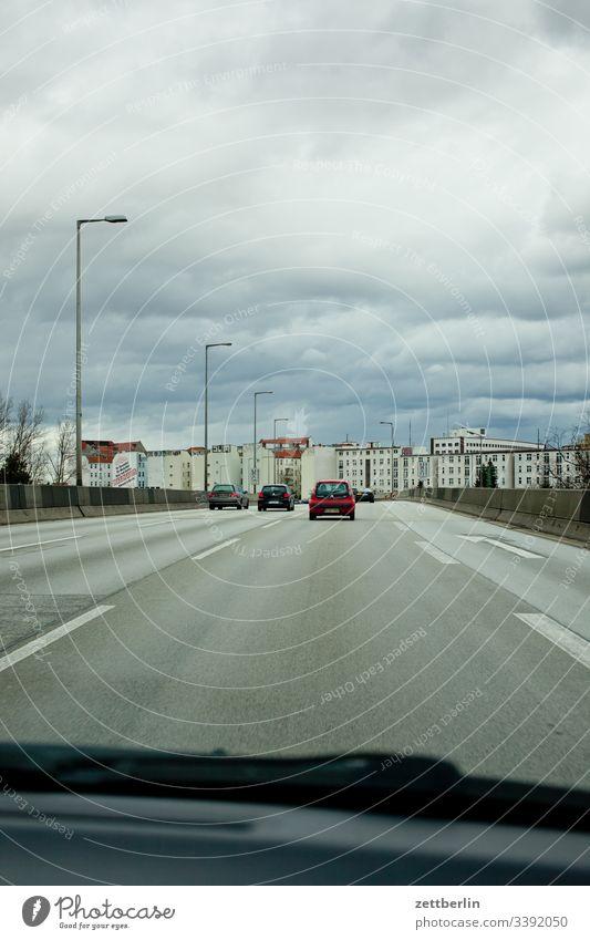 Stadtautobahn Berlin Spur Straßenverkehr weg straße stadtautobahn richtung navigation markierung kurve fahrbahnmarkierung berlin Autobahn Autofahren