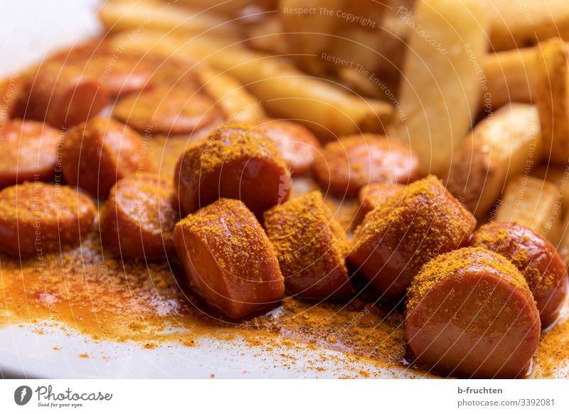 Würstchen mit Currysoße und Pommes Frites Currywurst Bockwurst Stücke Pommes frites gericht fastfood Fastfood Essen lecker Fett Wurstwaren Appetit & Hunger