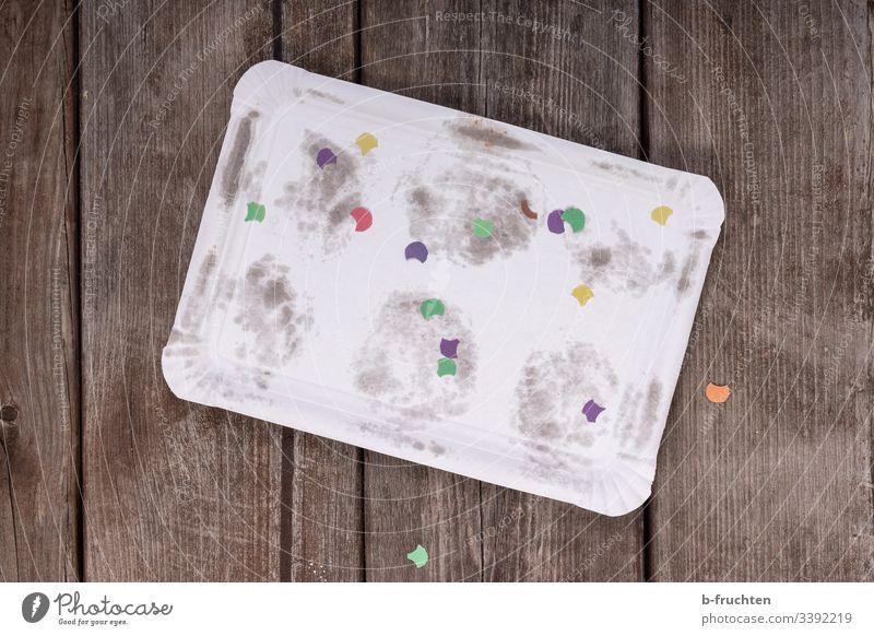 Gebrauchtes Pappteller mit Konfetti gebrauchen Lebensmittel Ernährung feiern karneval fasching spuren leer boden holz weg konfetti Feste & Feiern Freude
