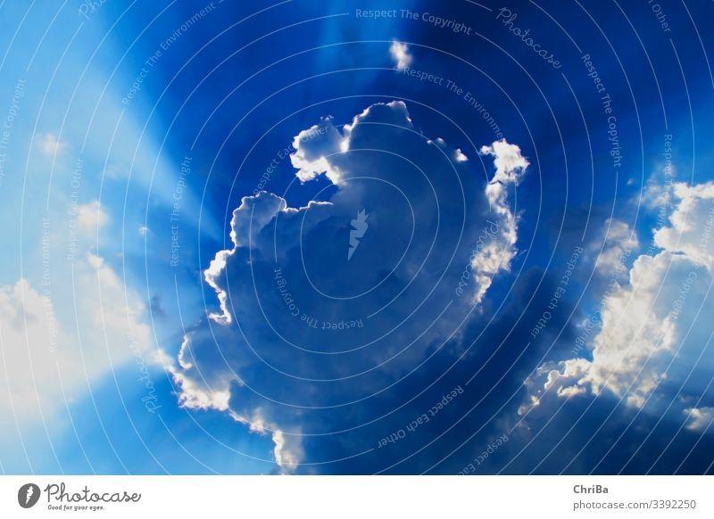 Beeindruckendes Schauspiel von Wolken und Sonnenstrahlen am blauen Himmel über dem Bodensee Blauer Himmel wolkenlandschaft Wolkenhimmel licht Lichtstreifen weiß