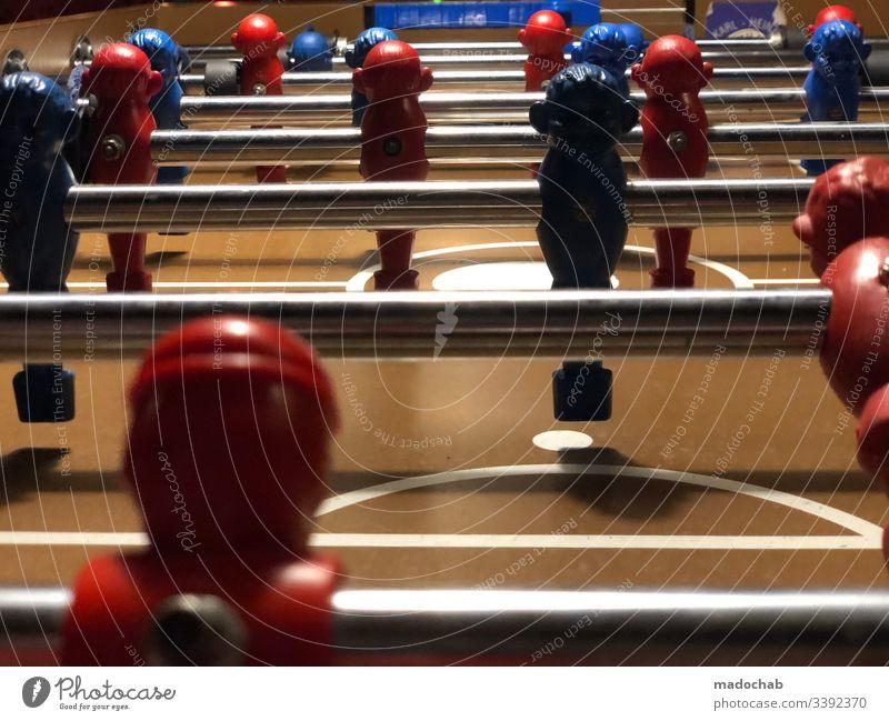 Tischkicker in einer Bar - Fußballspieler an Stangen Sport Hobby Kicker Spaß Unterhaltung Spieler Mannschaft Tor Sieg Niederlage Duell Freizeit & Hobby Spielen