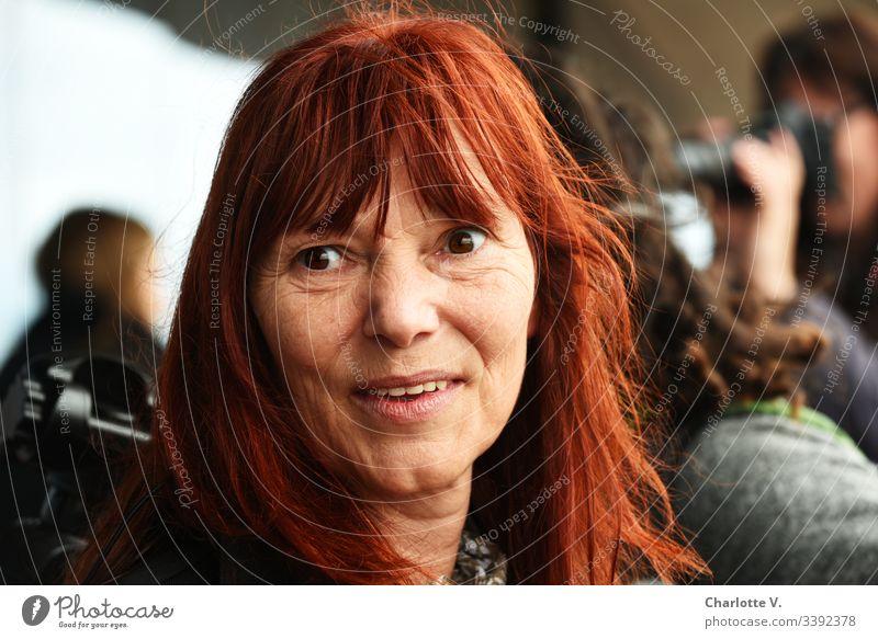 UT HH 2019  Starke Frau   Rothaarige Frau lächelt und blickt in die Ferne Porträt Frauengesicht rothaarig Erwachsene feminin Haare & Frisuren Gesicht Mensch