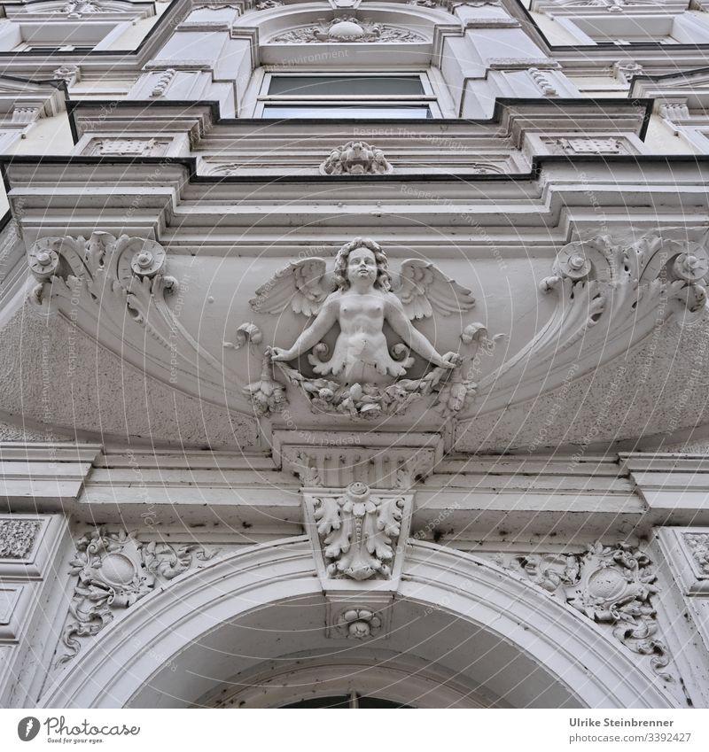 Schutzengel aus Stuck über altem Hauseingang Engel Tür Fassade Gebäude Eingang Gips Verzierung Dekoration Jugendstil dekorativ Architektur historisch floral