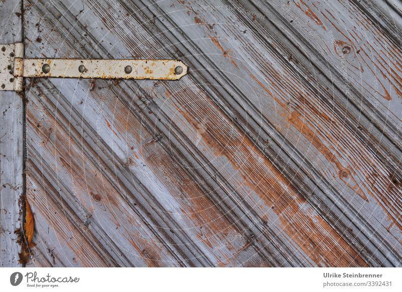 Alter Klappladen mit Scharnier | UT 10/2019 Holz Fensterladen abgevblättert alt Farbe verwittert Rost schräg Schutz Sicherung Altbau Linien Beschlag grau braun