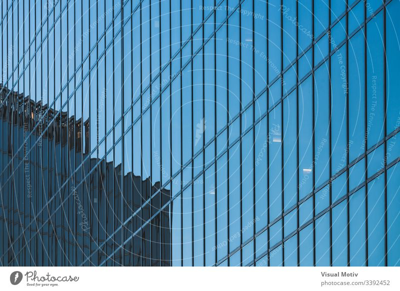 Glasfassade eines Bürogebäudes abstrakt abstrakter Hintergrund abstrakte Fotografie Nachmittag architektonisch Architektur Gebäudeplanung Gebäudefassade erbaut