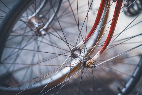 Vorderräder, Speichen und Gabeln von ein paar Oldtimer-Fahrrädern Farbe Außenseite im Freien niemand keine Menschen abschließen Nahaufnahme Rad urban Großstadt