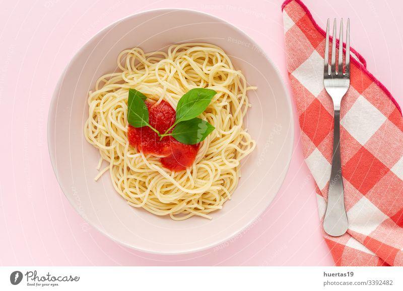 Hausgemachte Spaghetti mit Tomaten-Basilikum-Sauce Lebensmittel Teller Spätzle weiß Gesundheit Italienisch Mittagessen Abendessen Italienische Küche