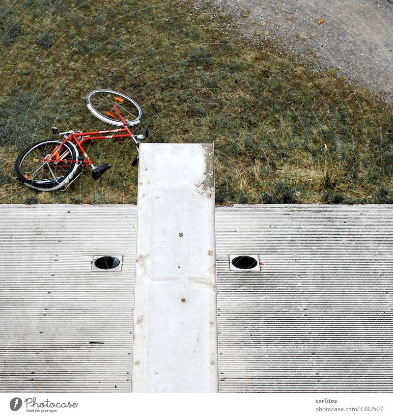 Missglückter Fahrradstunt Unfall Sturz Verletzung Beinbruch Notfall Holzfläche fallen Absturz gestürzt Schmerz