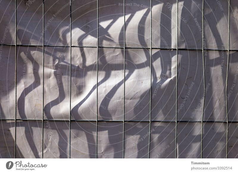 Schattenlinien auf Plane Baustelle Metallzaun Linien Zaun Sicherheit Gitter Bauzaun Absperrung Licht Formen und Strukturen