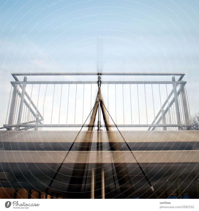 Geländer ..... und es hat zoooom gemacht Absturzsicherheit Sicherheit Treppe Edelstahl Froschperspektive Zoomeffekt Grau Silber silber Menschenleer Metall Stahl