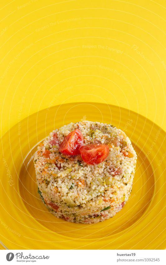 Hausgemachtes vegetarisches Couscous Gemüse Vegetarier Vegane Ernährung gesunde Ernährung Kirschtomaten Zucchini Spinat Karotten Brokkoli Mahlzeit Lebensmittel