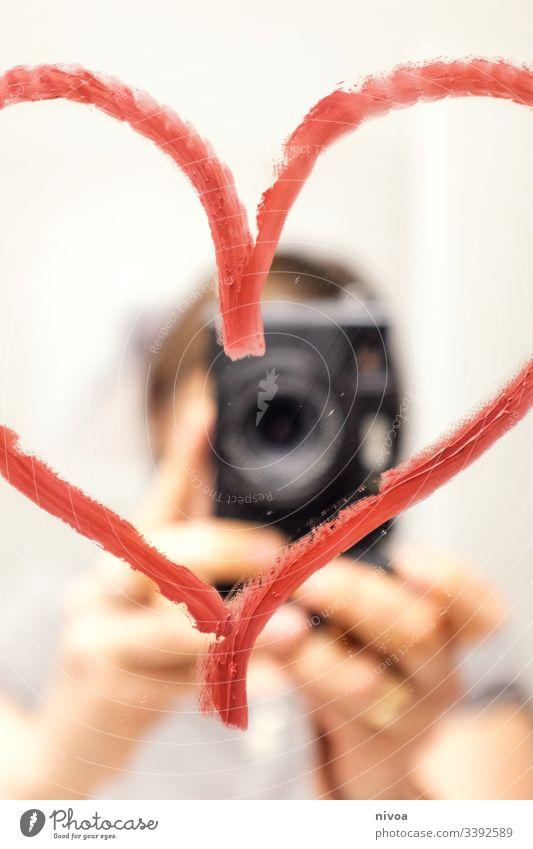 Spiegel Selfie mit Herz selfie kamera Farbfoto Mensch Frau Blick in die Kamera Junge Frau Erwachsene 18-30 Jahre Innenaufnahme Porträt Lippenstift Botschaft
