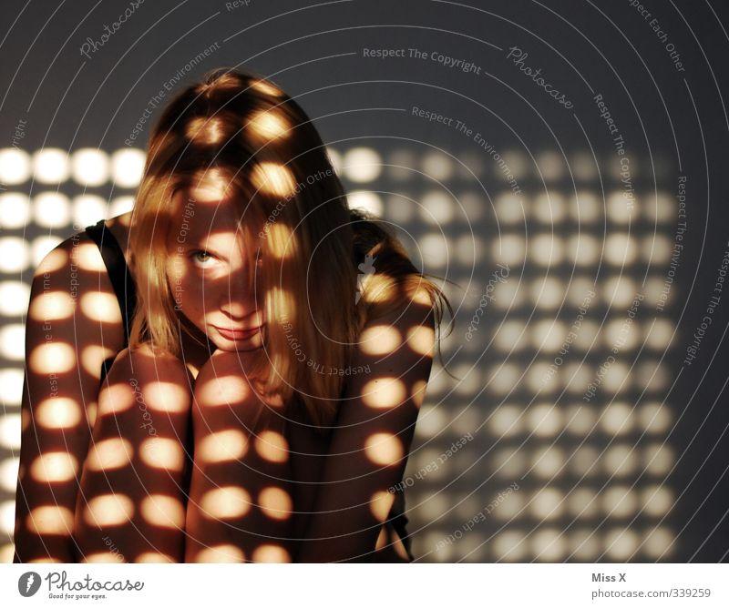 Anton und.... Mensch Frau Jugendliche Einsamkeit Erwachsene Fenster 18-30 Jahre feminin leuchten Punkt verstecken Schattenspiel Schattendasein Schattenkind