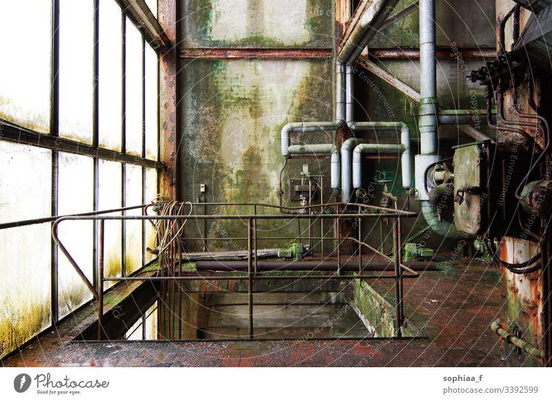 Stillstand - Verlassene Papierfabrik, Lost Place.  Rohre aus Rost und Moos in einer alten Fabrik lost place Vergänglichkeit lost places Industrie Produktion